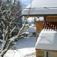 Wohnhaus in Bayern im Winter mit Blick auf die Alpen