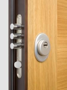 Holztür mit Sicherheitsschloss