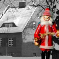 Weihnachtsmann vor Haus