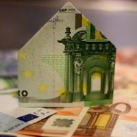 Haus aus gefaltetem Geld