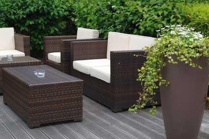 Rattan-Lounge im Garten