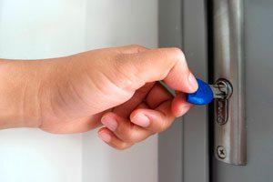 Tür wird mit Schlüssel geöffnet