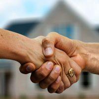 Makler und Käufer Handschlag