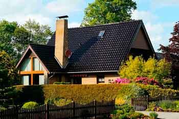 Haus mit eingewachsenem Garten